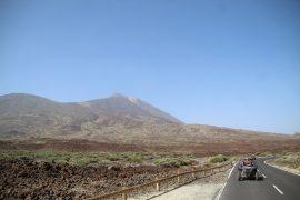 Buggies qui passent devant le Teide