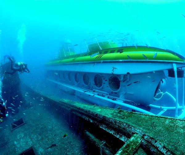 Sous-marin sous l'eau